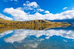Höstsidor på reflexionssjön Hayes, södra ö, Nya Zeeland arkivbild