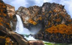 Höstsikt av den Kurkure vattenfallet i bergen av Altai arkivbilder