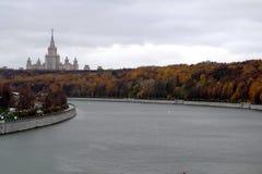Höstsikt av Moskvauniversitetet, sparvkullar Royaltyfri Bild
