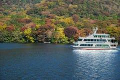 Höstsikt av sjön Royaltyfria Bilder