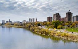 Höstsikt till Saskatoonen som är i stadens centrum från den södra Saskatchewaen Fotografering för Bildbyråer