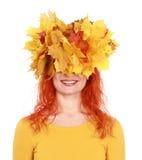 Höstskönhet som ler kvinnan med gulingsidor på hennes huvud fotografering för bildbyråer