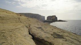 Höstskymning på den steniga kusten arkivfilmer
