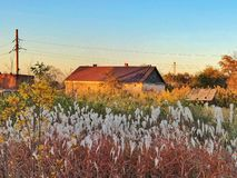 Höstsolnedgång i byn arkivbilder