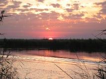 Höstsolnedgång på floden Arkivbild