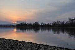 Höstsolnedgång på silver sjön royaltyfria bilder