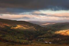 Höstsoluppgång över Swaledale och Gunnerside i Yorkshire dalar Royaltyfri Foto