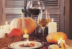 Höstställeinställning stek Turkiet med grönsak- och vinexponeringsglas Royaltyfri Fotografi
