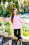 Höststående av det förtjusande le liten flickabarnet i PA royaltyfria bilder