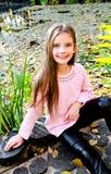 Höststående av det förtjusande le liten flickabarnet i PA royaltyfri fotografi