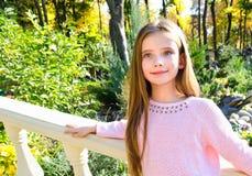 Höststående av det förtjusande le liten flickabarnet i PA royaltyfri bild