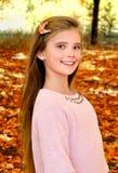 Höststående av det förtjusande le liten flickabarnet med leav royaltyfri fotografi