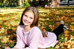Höststående av det förtjusande le liten flickabarnet med leav royaltyfri foto