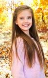 Höststående av det förtjusande le liten flickabarnet med leav fotografering för bildbyråer
