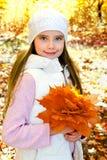 Höststående av det förtjusande le liten flickabarnet med leav royaltyfria bilder