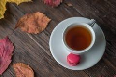 Höststilleben av färgrika sidor, en kopp te, på ett gammalt b arkivfoto