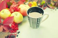 Höststilleben med frukt och en kopp te Royaltyfri Bild