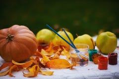 Höststilleben med pumpa och äpplen arkivfoto