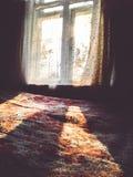 Höststrålar av solen värme huset från insidan royaltyfri bild