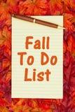 Hösttid att göra listan med en gul notepad och att falla sidor Fotografering för Bildbyråer
