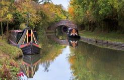 Höstträd, fartyg, broar och tunneler reflekterade i den storslagna fackliga kanalen Arkivbilder