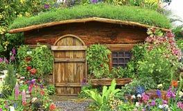 Höstträdgård med den trähuset eller kojan royaltyfri fotografi
