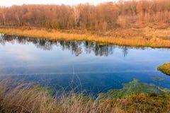 Hösttrees reflekterade i floden royaltyfria bilder