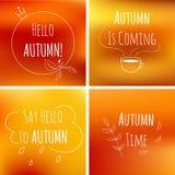 Hösttypografibeståndsdelar på orange suddig bakgrund med motivation smsar Arkivfoto