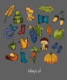 Höstuppsättning av olika färgrika beståndsdelar Hatt champinjon, ekollon, paraply, pumpa, druvor, gummistöveler, ekorre, äpple arkivfoto