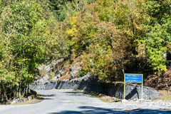 Höstväg i bergen av Abchazien Arkivfoton