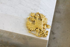 Hövdad örn för guld- ryssdubblett på den Romanov kistan Royaltyfri Foto