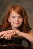 hövdad flicka little som är röd royaltyfria foton