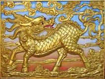 hövdad unicorn för drakeguld Royaltyfria Bilder