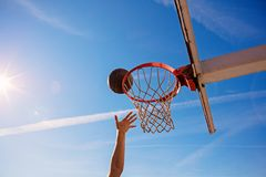 Húmido do Slam Opinião lateral o jogador de basquetebol novo que faz o afundanço foto de stock royalty free