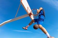 Húmido do Slam Opinião lateral o jogador de basquetebol novo que faz o afundanço fotos de stock