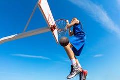 Húmido do Slam Opinião lateral o jogador de basquetebol novo que faz o afundanço imagem de stock