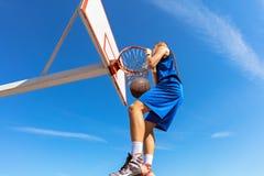 Húmido do Slam Opinião lateral o jogador de basquetebol novo que faz o afundanço imagens de stock royalty free