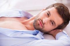 Hübsch im Bett lizenzfreie stockfotografie