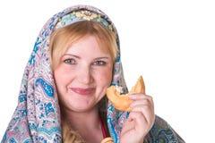 Hübsch plus Größe Frau im russischen nationalen Schal mit einem Stapel von Stockfotos