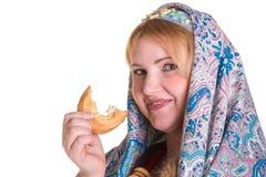 Hübsch plus Größe Frau im russischen nationalen Schal mit einem Stapel von Stockfotografie