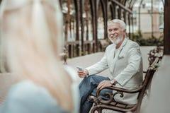 Hübsche ältere männliche Person, die Lächeln auf seinem Gesicht hält stockfotos