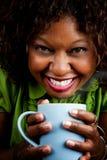 Hübsche Afroamerikaner-Frau mit Kaffee Stockfoto