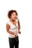 Hübsche Afroamerikaner-Frau mit persönlichem hören Stockbilder