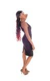 Hübsche Afroamerikanerfrau, die im Profil steht Lizenzfreies Stockfoto
