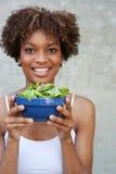 Hübsche Afroamerikanerfrau mit Salat Stockfotografie