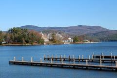 Hübsche Ansicht der Berge und der Insel vom Pier Stockfoto