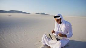 Hübsche Araber UAE Scheich-Kerlgeschäftsfrau, die Geschäft p nennt stockbild