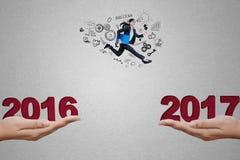 Hübsche Arbeitskraft, die in Richtung zu Nr. 2017 läuft Stockbild