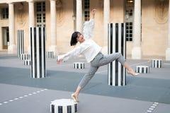Hübsche Art des Mädchens in Mode in Paris, Frankreich lizenzfreies stockfoto