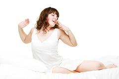 Hübsche aufwachende Frau stockfoto